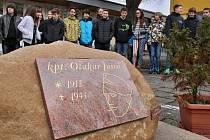Pomníček připomínající kpt. Otakara Jaroše v areálu jedné z lounských základních škol