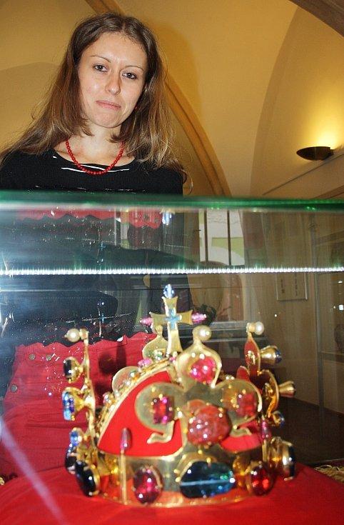 Kurátorka výstavy Lenka Macová u vzácného exponátu