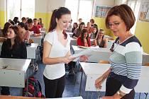 Studenti kvinty žateckého gymnázia obdrželi pololetní vysvědčení