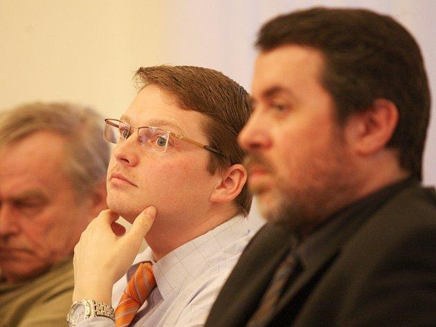 Starosta Žatce Erich Knoblauch (vpravo) a jeho zástupce Aleš Kassal (uprostřed) na zasedání zastupitelstva