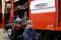 Malý návštěvník Adam Valenta si prohlíží techniku hasičů na dnech neziskového sektoruv Žatci.