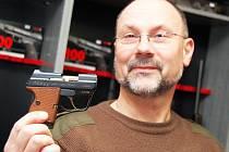 """""""Zbraní teď prodáváme mnohem méně,"""" říká Pavel Vlk v žateckém obchodě."""