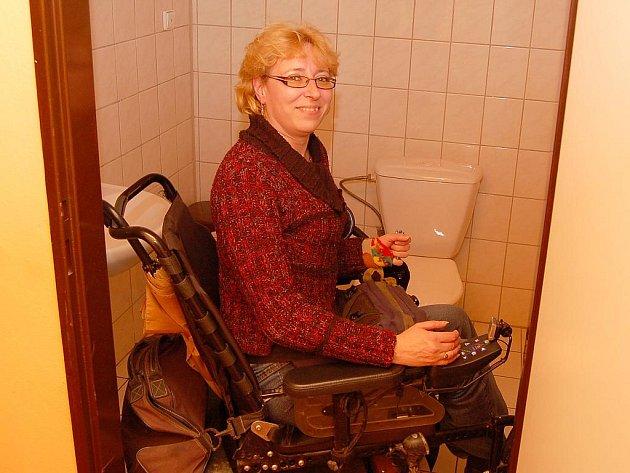 """""""Tenhle záchod je bez problémů,"""" říká Jaroslava Panská ve Sportbaru na Pražské. Jinak se ale do většiny dalších restaurací v Žatci vozíčkáři přijít pobavit nemohou."""