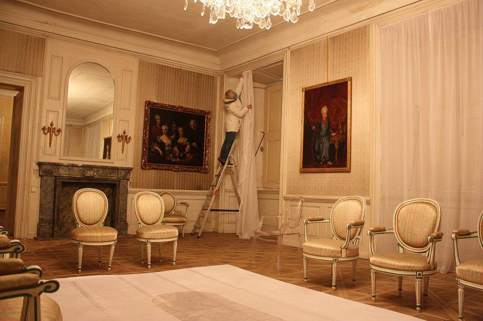 Všichni stálí zaměstnanci zámku v Krásném Dvoře se v této době věnují údržbě areálu, úklidu interiérů a přípravě nové expozice.