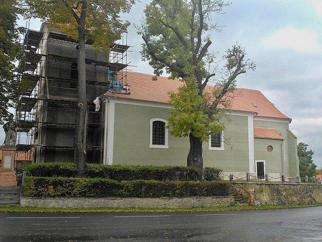 Kostel sv. Mikuláše v Nepomyšli během oprav fasády v roce 2016