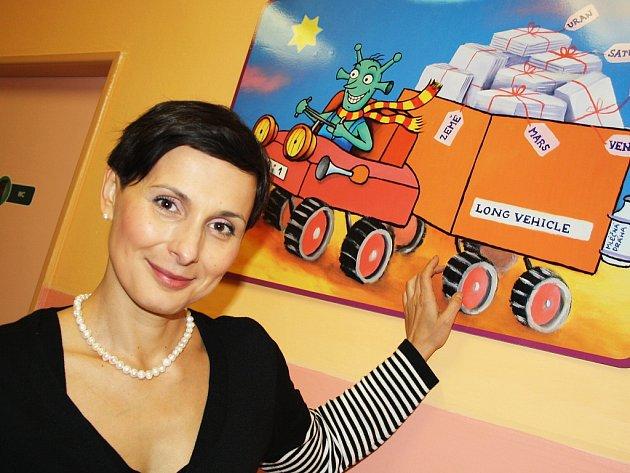 Známá herečka Zdeňka Žádníková při prohlídce dětského oddělení žatecké nemocnice