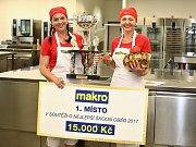 Kuchařky vítězného týmu Dana Ďopanová (vlevo) a Lenka Bláhová z jídelny v Černčicích na Podbořansku.