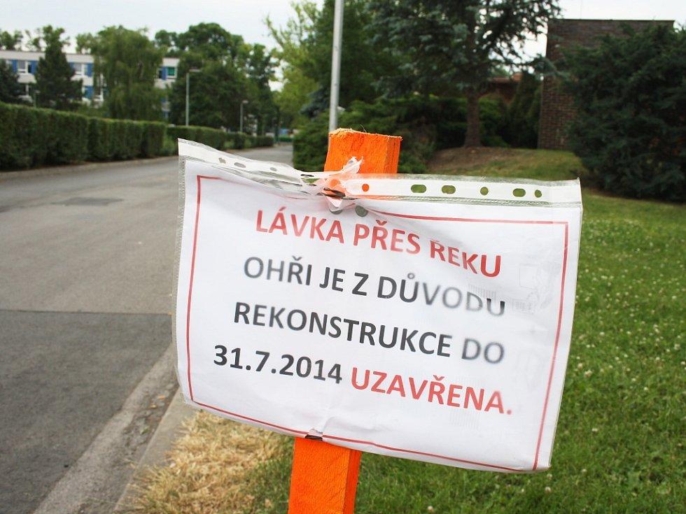 Upozornění při vstupu do Masarykových sadů podél koupaliště