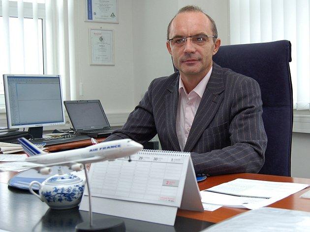 Podnikatel V. Sedláček ve své kanceláři.