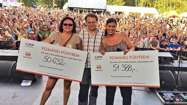 Společné foto zástupců obou organizací a starosty Vroutku Jaromíra Kubelky na hlavním podiu festivalu.