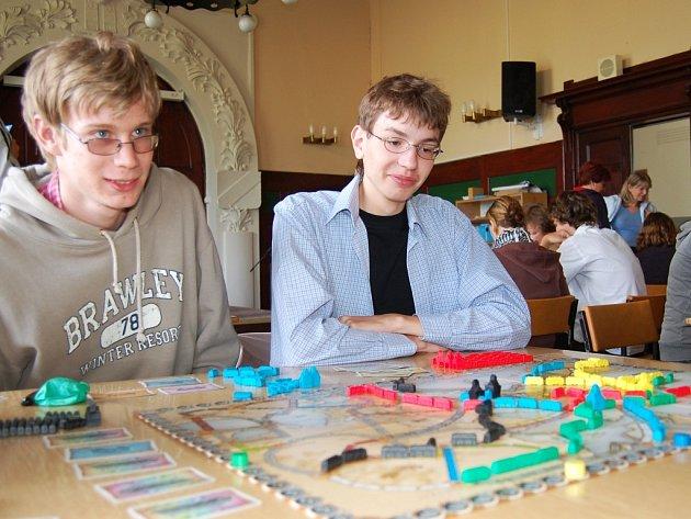 Lukáš Resl a Jiří Majer (zprava) hrají deskovou hru z prostředí vláčků a mašinek.