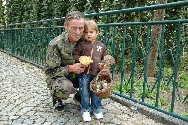 Pavel  Ďuračka s vnučkou Eliškou ukazují houby  nalezené v okolí Žatce.