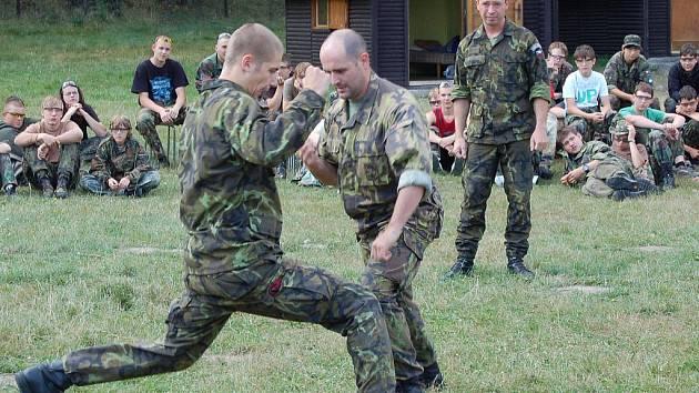 Účastníci Army tábora sledují ukázky zásahů skutečných vojáků při pondělním setkání v Žerotíně.