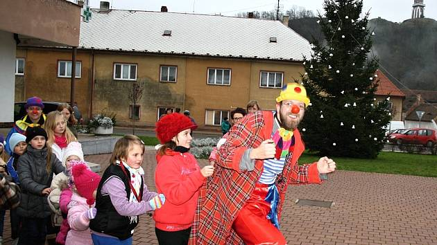 Klaun s dětmi na Adventním jarmarku v Kryrech.