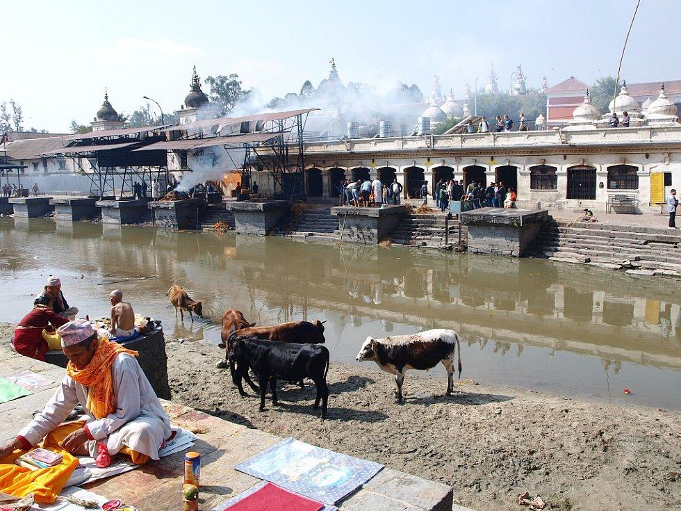 Chrám Pashupatinath v Káthmandú je nejvýznamnějším poutním místem pro hinduisty v Nepálu. Přímo u něj se pozůstalí loučí se svými zemřelými. Položí je na vyvýšená místa - gháty, zarovnají dřevem a zapálí. Popel končí v řece