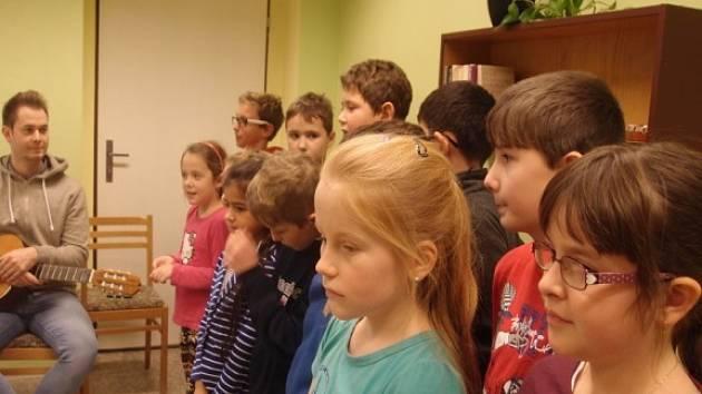 Žáci základní školy v domově s pečovatelskou službou