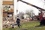Zřícená část lounského hotelu Oharka o Velikonocích 2002.