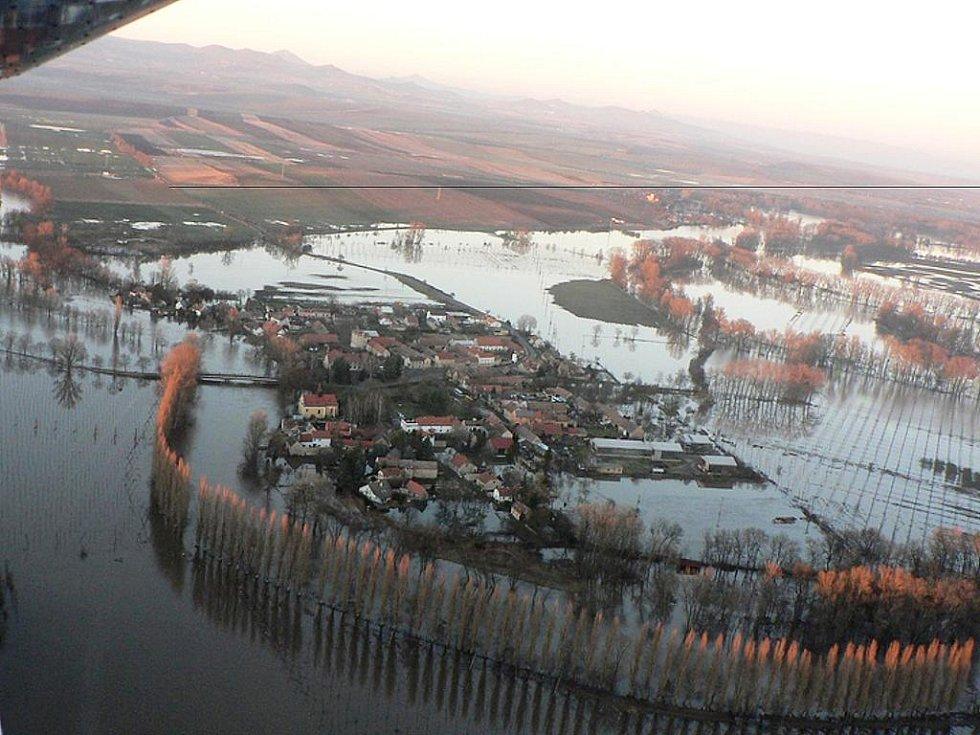 Zaplavené Počedělice pohledem z letadla
