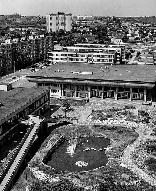 Prostranství ukulturního domu Moskva a nákupního centra Zlatý chmel vŽatci vdobě, kdy ještě fungovaly vodní prvky.