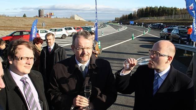 Premiér Bohuslav Sobotka (vpravo) si připíjí při slavnostním otevření silnice Lubenec - Bošov. Nechyběli Jan Kroupa, generální ředitel ŘSD, a ministr dopravy Dan Ťok (zleva).