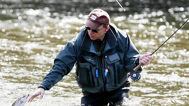 Rybářům začala lovecká sezona na pstruhových vodách