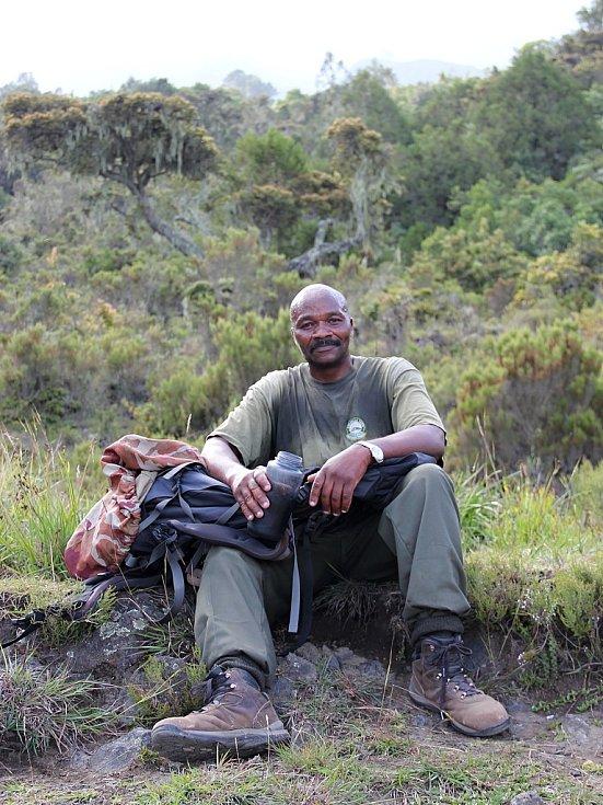 Ozbrojený průvodce skupiny při odpočinku na cestě na vrchol Mount Meru