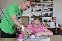 Žáci ZUŠ Louny si mohli vyzkoušet práci se sklem