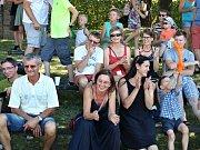 Lidé se baví při programu oslav 700 let od první písemné zmínky obce Chlumčany u Loun. Uskutečnily se v roce 2016