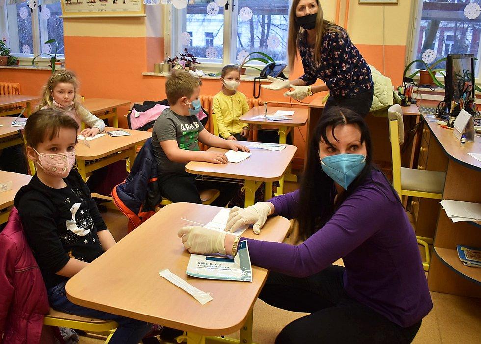 Děti v ZŠ Komenského alej v Žatci se testovaly na covid