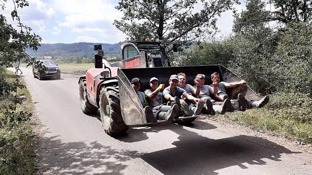 Hasiči jedou na pomoc. Sobota 3. července v obci Stebno na Lounsku.
