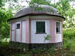 Město Žatec se stane vlastníkem dvou historických vodárenských staveb z roku 1933, které se nacházejí v lesích nad Holedečí.