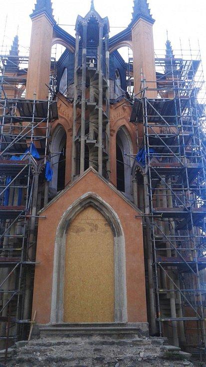 Unikátní gotická rozhledna v zámeckém parku se právě opravuje.