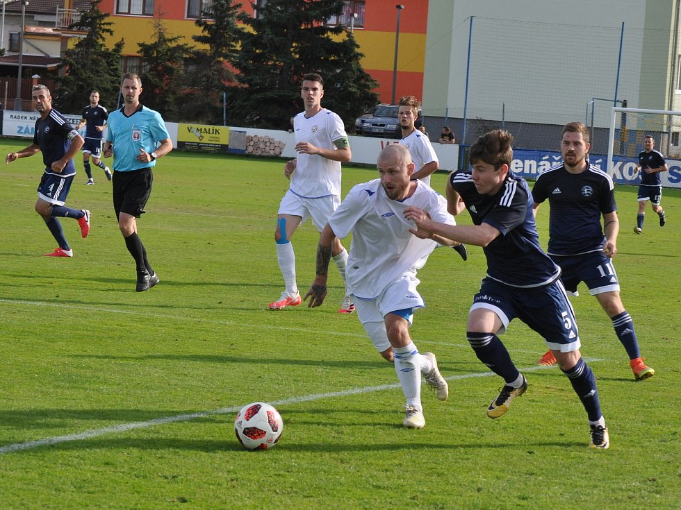 Fotbalisté Dobroměřic (v tmavě modrém) deklasovali svého soupeře z Proboštova sedmibrankovým přídělem.