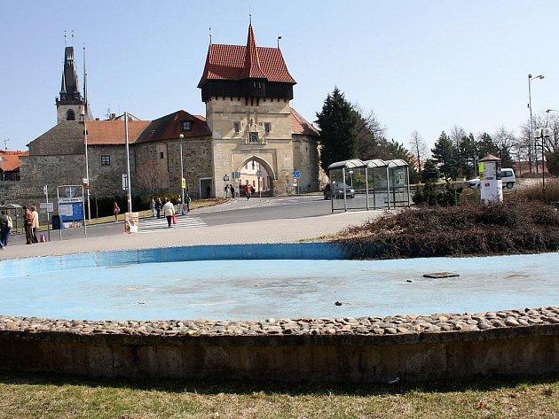 Kašna na Suzdalském náměstí v Lounech, v pozadí Žatecká brána