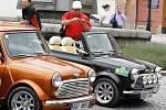 Účastníci peruckého Mini Cooper srazu při návštěvě Loun