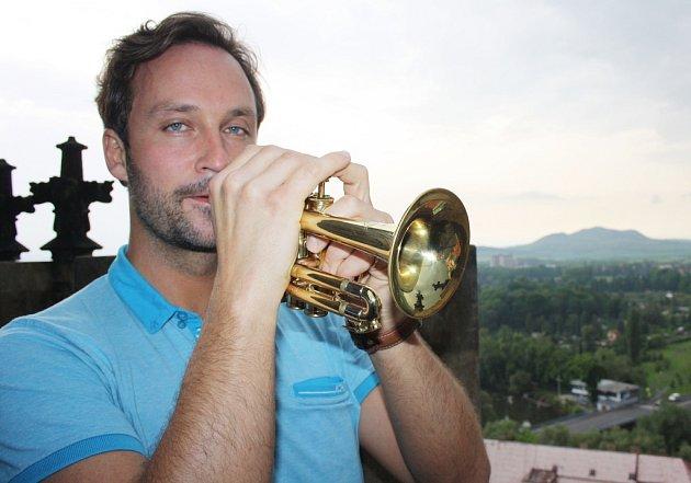 Karel Vencour, člen Severočeské filharmonie Teplice a lounský rodák, se chopil role trubače a zvěže chrámu odtroubil začátek programu vkostele sv. Mikuláše.