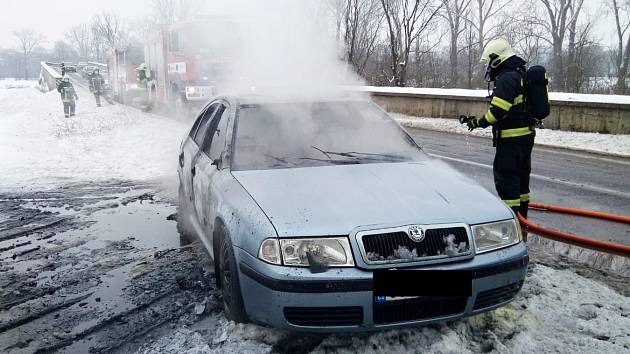 Požár auta mezi Louny a Dobroměřicemi