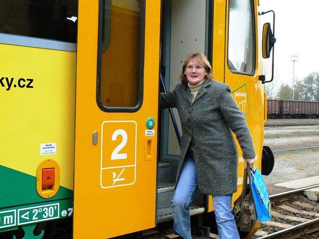 Cestující vystupuje z nového vlaku na nádraží v Lounech po příjezdu z Mostu.