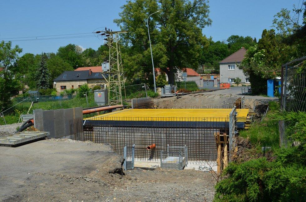Stavba mostu přes Déběřský potok ve Stradonicích