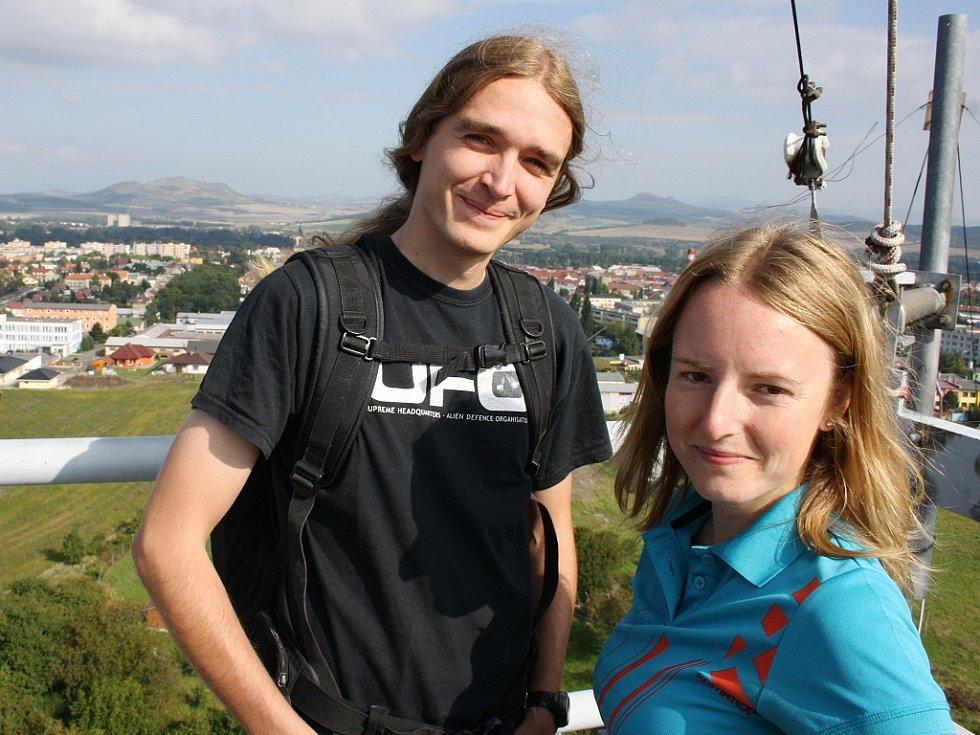 Manželé Petra a Štěpán Kotkovi na střeše vodárenské věže u Loun. Tentokrát se chtějí vydat na střechu světa do Nepálu pod Mount Everest.
