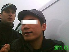 Strážník vede mladého Vietnamce
