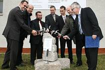 Slavnostní zahájení rekonstrukce čističky odpadních vod v Lounech. Zúčastnili se také generální ředitel Severočeské vodárenské společnosti Miroslav Harciník (třetí zleva) a starosta Loun Jan Kerner (uprostřed).