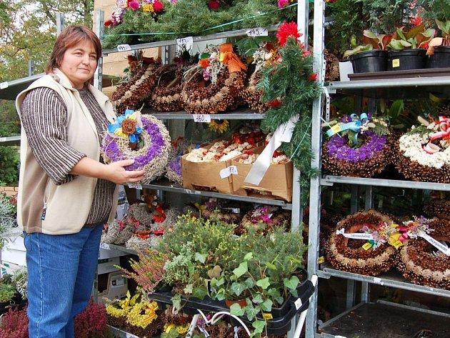 Jaroslava Holá ze žateckého květinářství připravuje nabídku věnečků a květin.
