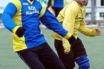 Stoper fotbalistů Středohoru Dobroměřice, 43letý  Ivan Halíř,  zasahuje v nedělním turnajovém utkání s Litvínovem B, které vyhrálo jeho mužstvo 6:0.