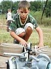 Hasičský potěr trénuje na hřišti v Kryrech, mezi nimi je i řada děvčat.