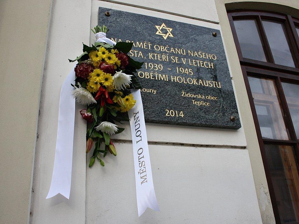 Pamětní deska lounským obětem holokaustu na stěně tamní synagogy v Hilbertově ulici