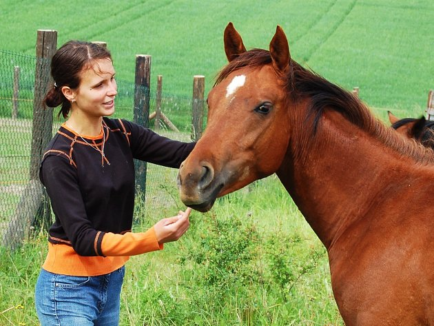 Eva Zuzjaková s jedním ze svých koní.