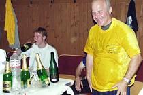 Trenér Jan Laibl slaví s fotbalisty Kryr - v roce 2003 je přivedl do divize. Nyní se do tohoto klubu vrací.