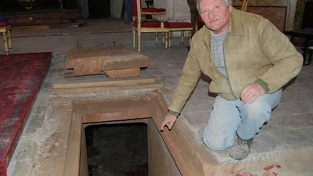 Dělník Václav Král u vstupu do hrobky
