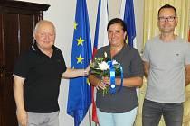 Místostarosta Vladimír A. Hons, záchranářka Pavlína Neubertová a ředitel Radek Příhoda (zleva) na lounské radnici.
